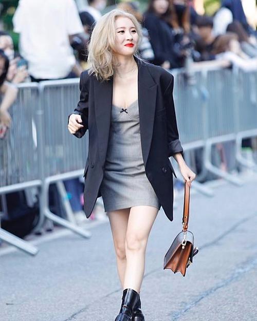 Sun Mi chọn phong cách phối đồ monochrome với đầm dây xám nhạt bên trong và chiếc áo khoác to sụ đậm màu hơn bên ngoài. Mỹ nhân sinh năm 1992 toát lên vẻ quyến rũ, tinh tế.