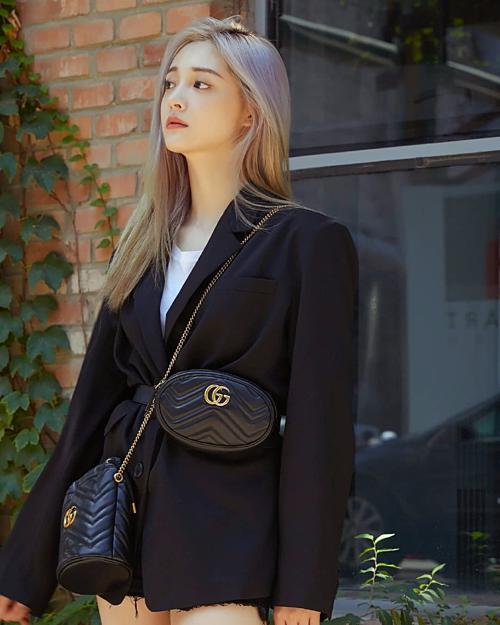 Trong khi đó, Kyul Kyung lại biến chiếc vest oversized đứng đắn thành kiểu áo giấu quần sành điệu, nhấn nhá bằng túi belt bag của Gucci, vừa tôn lên vòng eo thon, vừa thể hiện style ăn mặc