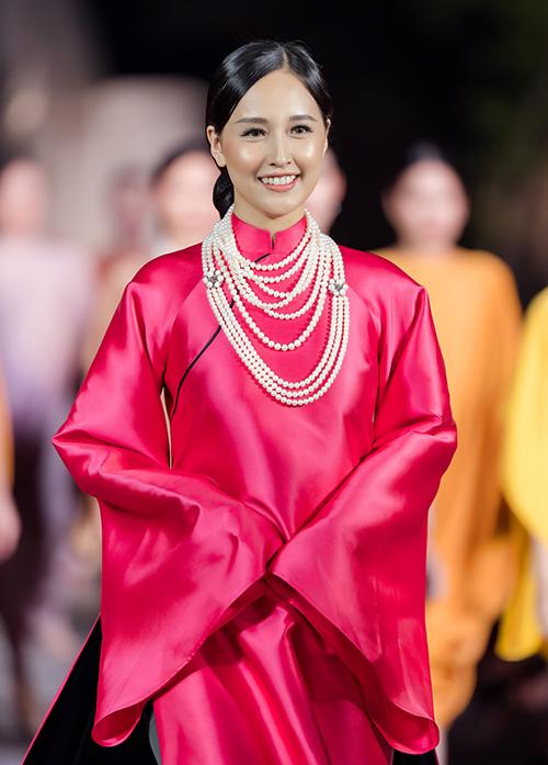 Hoa hậu Việt Nam 2006 có mái tóc đen dài cùng vẻ đẹp Á Đông rất phù hợp với tinh thần của thiết kế này.