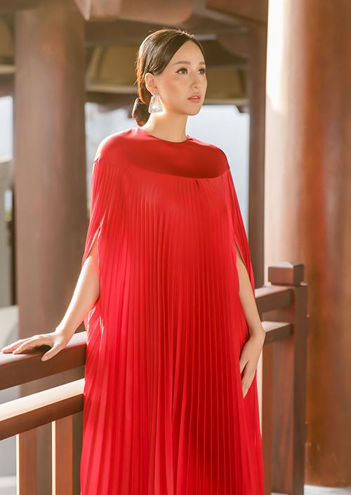 Cũng trong chuyến đi tại Yên Tử, Mai Phương Thúy tranh thủ thực hiện bộ ảnh với thiết kế mới nhất của Adrian Anh Tuấn.