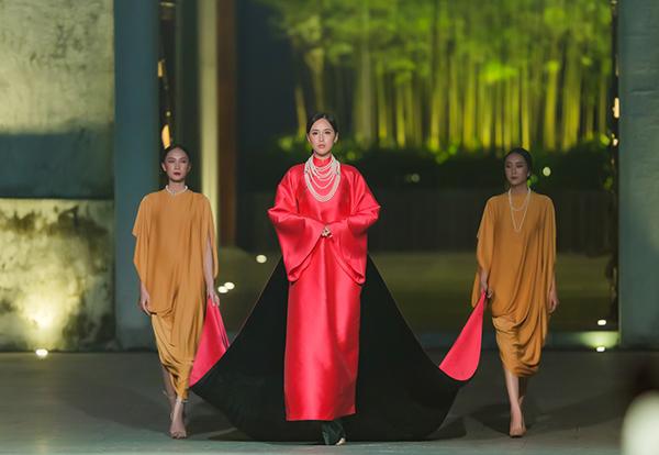 Khi kết show, cô quyền quý trong bộ áo dài được thiết kế với phom dáng giống phụ nữ xưa. Trang phục có màu hồng nổi bật, tốn 12 m vải để thực hiện, trong đó cồng kềnh nhất là phần tà áo phía sau.