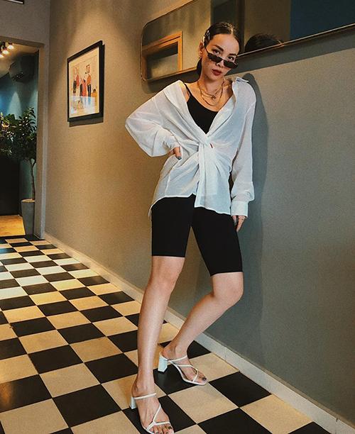 Yến Trang ứng dụng mốt biker shorts với cách mặc nữ tính.