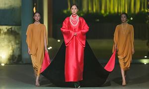 Mai Phương Thúy có người xách váy giúp khi catwalk