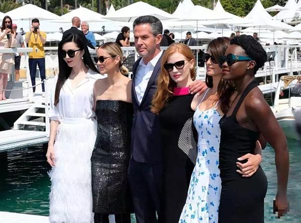 Phạm Băng Băng quảng bá cho dự án mới cùng các diễn viên tại Cannes 2017.
