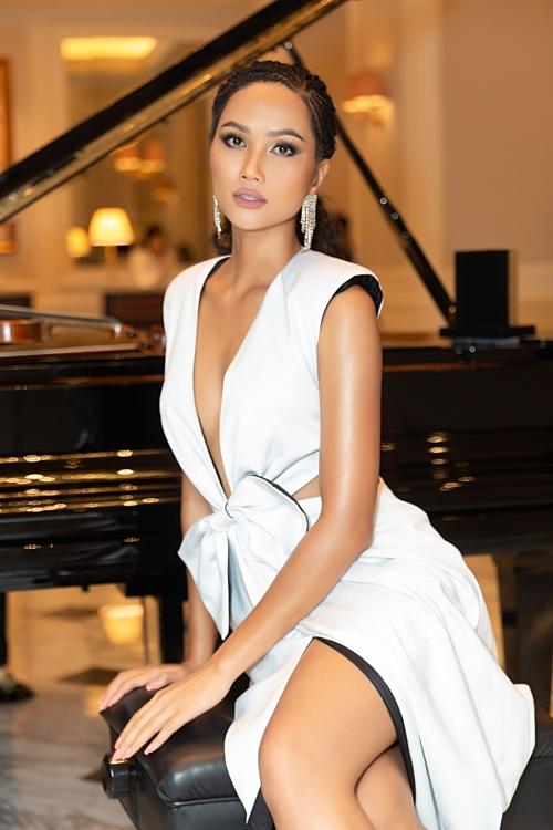 Mới đây, cô giành chiến thắng Cuộc đua kỳ thú 2019 và đảm nhận vai trò host của Hoa hậu Hoàn vũ Việt Nam 2019. Vẻ đẹp rắn rỏi, cá tính của cô được công chúng yêu thích.