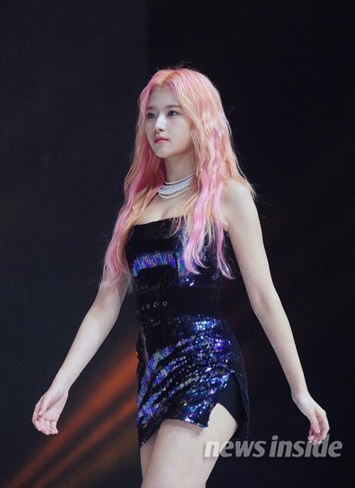 Sana đẹp tựa nữ thần với mái tóc hồng. Cô nàng cũng gây sốt trên các diễn đàn nhờ thân hình nóng bỏng, không mỡ thừa.