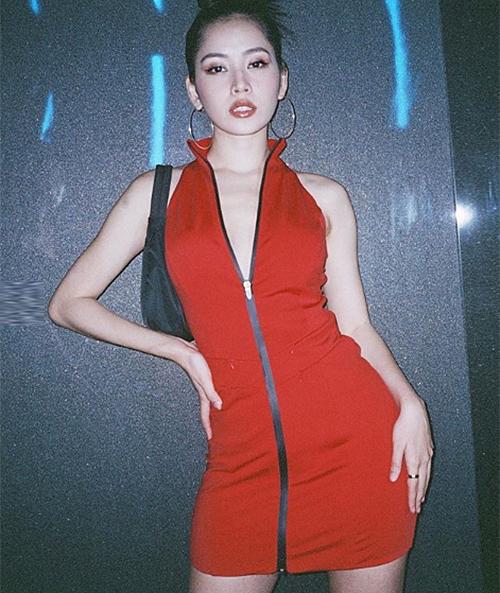 Trong sự kiện tối 22/9, Chi Pu diện bộ váy thun cổ cao, điểm nhấn là hàng khóa kéo chính giữa váy. Đây là một kiểu đầm thể thao rất được ưa chuộng vào những năm đầu 2000. Thời trang thập niên này cũng là nguồn cảm hứng bất tận cho phong cách ăn mặc của Chi Pu gần đây.