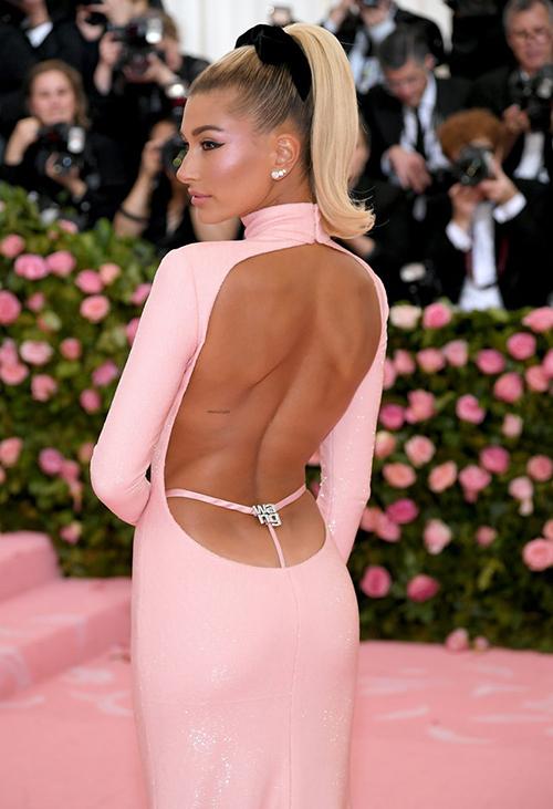Hailey Baldwin cố tình diện chiếc váy khoét lưng sâu với phần dây mảnh giống như đang bị lộ quần trong.