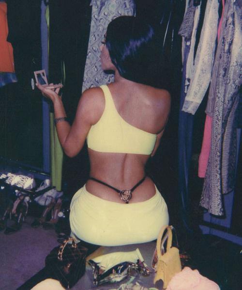 Kim Kardashian cũng ứng dụng mốt mặc đồ tương tự.