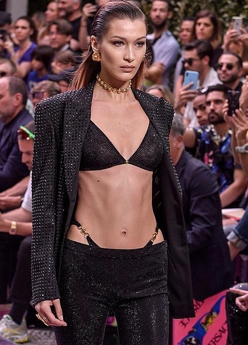 Bella Hadid gây chú ý khi trình diễn BST của Versace với thiết kế quần dễ gây hiểu lầm.