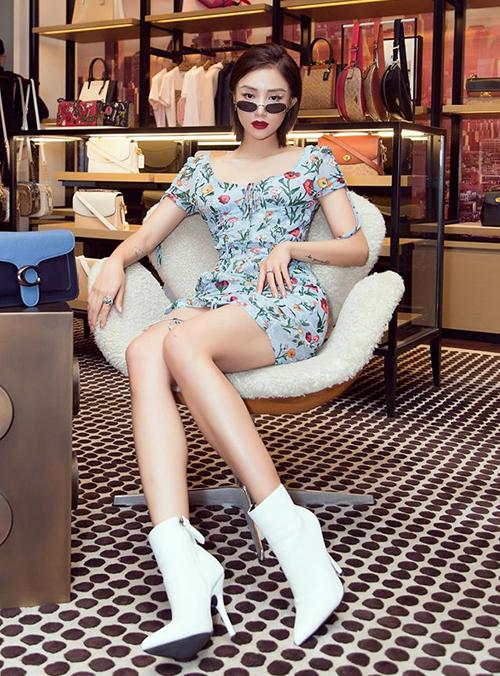 Bạn thân của Quỳnh Anh Shyn - Sa Lim - cũng góp mặt với phong cách ăn mặc sang chảnh.