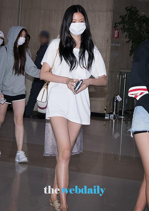Để đảm bảo không hớ hênh, Won Young có mặc quần shorts siêu ngắn khi ra sân bay. Tuy nhiên độ dài che phủ của chiếc áo khiến nhiều người có thể lầm tưởng cô nàng diện váy siêu ngắn.