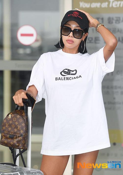 Nữ rapper Jessi mới đây cũng ra sân bay với áo phông được biến thành váy.