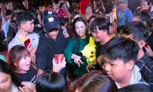 Hàng nghìn fan bao vây Nhật Kim Anh
