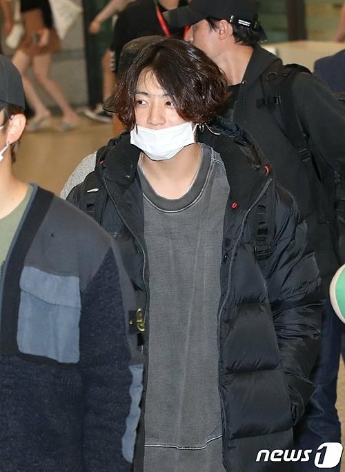 Em út BTS trung thành với style đơn giản. Mái tóc anh chàng ngày càng dài và chưa có dấu hiệu sẽ cắt.