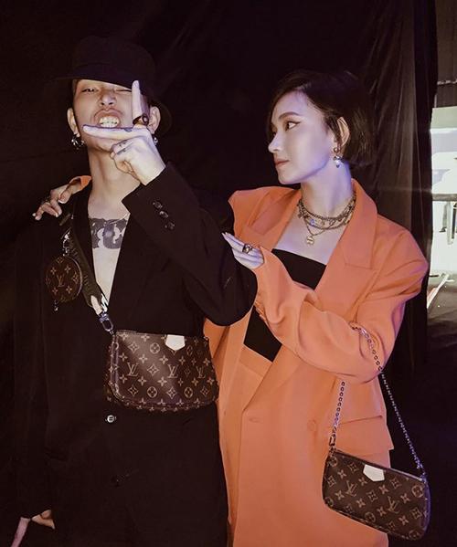 Cặp đôi Châu Bùi - Decao chứng minh khả năng tiết kiệm của chiếc túi khi tách thành hai mónkhác nhau, dùng cho cả nam và nữ đều sành điệu.
