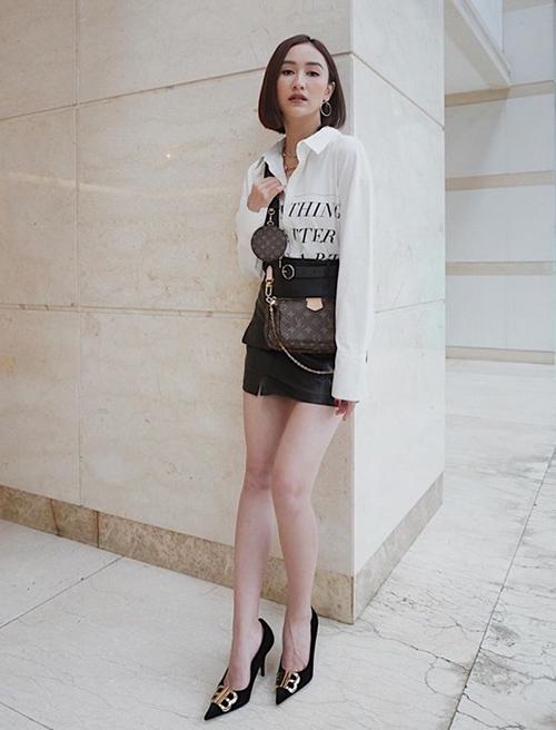 Người đẹp Hà Thu diện túi 3 trong 1 cùng trang phục nữ tính.