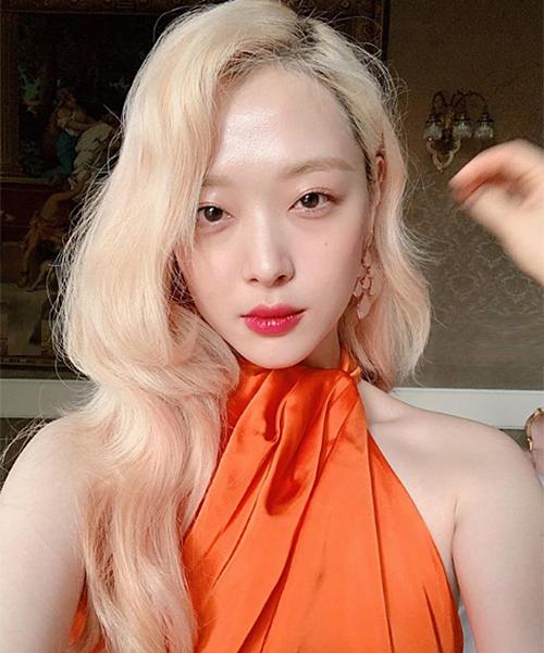 Kiểu tóc này cũng khiến nữ idol trông già dặn, nhợt nhạt hơn hẳn so với tóc tối màu.