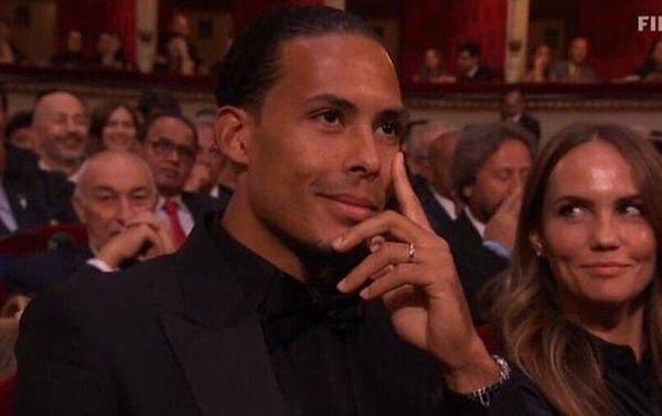 Ống kính truyền hình lia cận vào Virgil van Dijk khi Messi lên nhận giải.