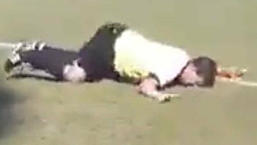 Hình ảnh trọng tài Milan Sefara ngã sấp mặt trên sân được lan truyền.