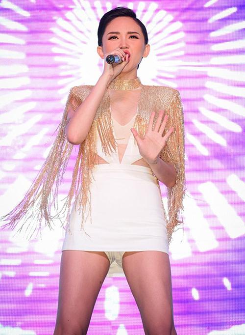 Chiếc váy siêu ngắn của Tóc Tiên cũng đã được hỗ trợ quần hot pants phía trong giúp nữ ca sĩ yên tâm biểu diễn.