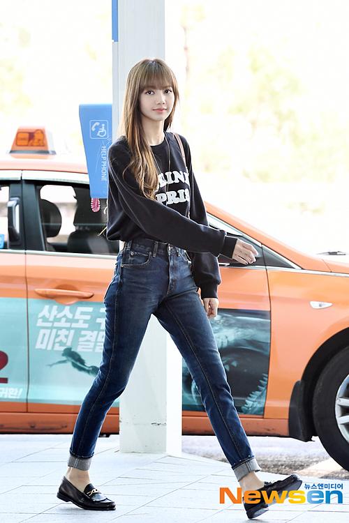 Lisa lên đường dự Paris Fashion Week sáng 26/9.