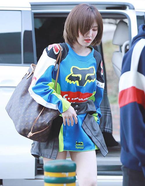 Cô gái bé nhỏ nhà SM cũng sở hữu chiếc túi tote đắt tiền đến từ Louis Vuitton. Item có kích thước lớn gần 40 x 33cm giúp Wendy có thể bỏ vừa tất cả mọi món đồ cho chuyến đi của mình.
