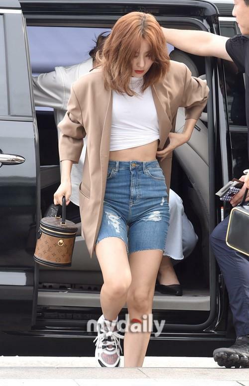 Xuất hiện tại sân bay đầu tháng 9, Seul Gi ghi điểm với fan nhờ chọn outfit cá tính, hiện đại. Thành viên Red Velvet đi đôi LV Archlight Sneakers đình đám giá 26,5 triệu đồng và cầm trên tay chiếc túi xa xỉ trị giá 2.340 USD, khoảng 54,4 triệu của
