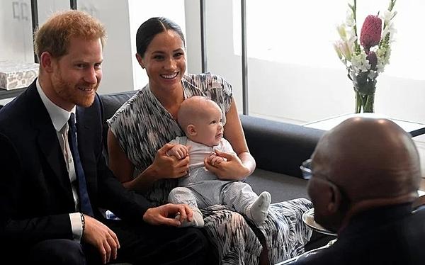 Archie được bố mẹ đưa theo trong ngày gặp mặt Tổng Giám mục TuTu