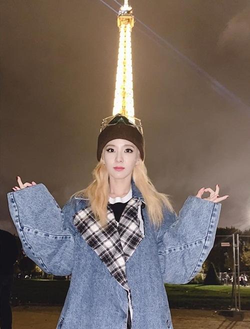 Dara pose hình với tháp Eiffel ở Paris theo phong cách Fire (2NE1).