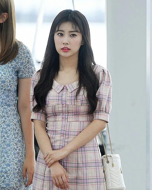 Hye Won mới đây cũng khiến dân tình xuýt xoa khi diện túi bucket sang chảnh của Gucci. Được biết, chiếc túi này có giá 980 USD, gần 22,8 triệu.