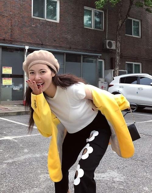 Hyuna tạo điểm nhấn cho bộ street style bằng chiếc quần in hoa thủng lỗ.