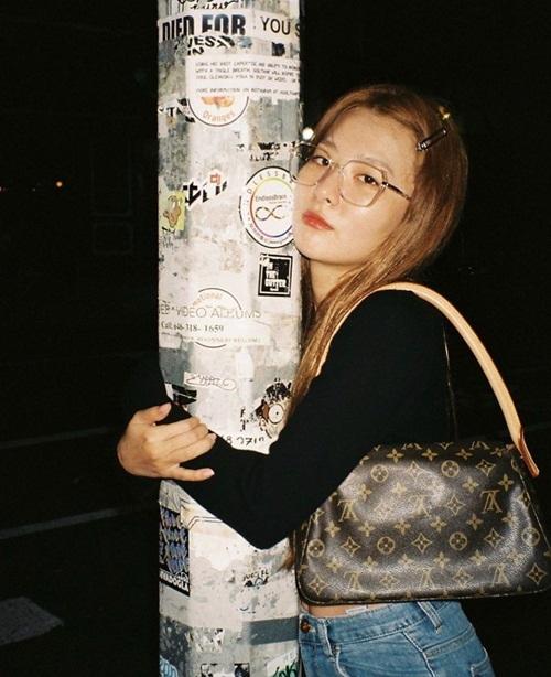 Seul Gi chọc cười fan khi tạo dáng ôm cột với biểu cảm chán đời.