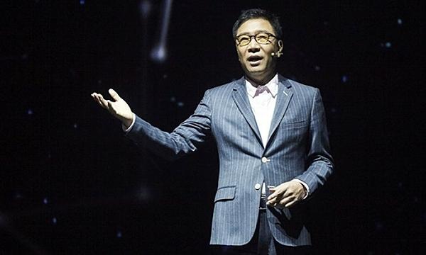 Lee Soo Man, nhà sáng lập SM Entertainment, có công rất lớn đối với lịch sử phát triển Kpop. Ông là người đã tạo ra nhiều ngôi sao ca nhạc, đi đầu trong việc tạo nên xu hướng Hallyu xâm chiếm châu Á. Một trong những nhóm nhạc thành công nhất của Lee Soo Man là H.O.T, nhóm nhạc thần tượng đúng nghĩa đầu tiên của Hàn Quốc. H.O.T nổitiếng khắp châu Á những năm 2000và thậm chí đã tạo ra thuật ngữ Korean Wave, Hallyu Wave (Làn sóng Hàn Quốc).