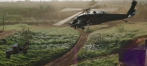 Có lẽ Hobbs được tiêm huyết thanh siêu chiến binh của Captain America mới đủ sức dùng tay không kéo trực thăng.