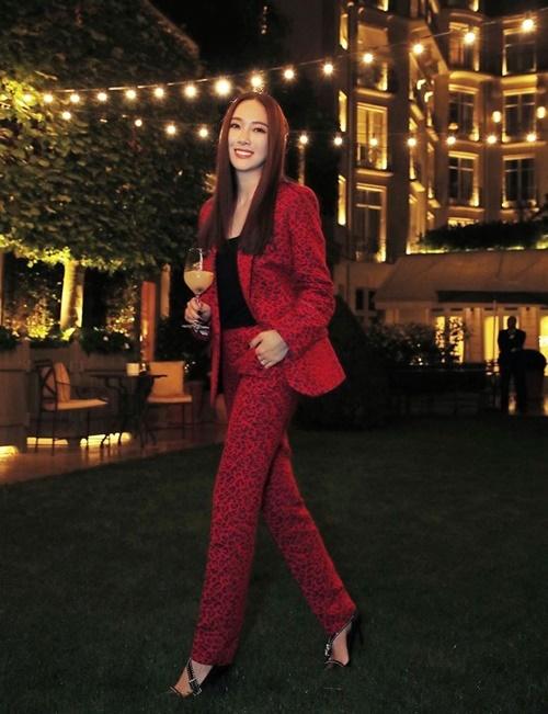 Jessica khoe dáng trong bộ vest màu đỏ nổi bật khi dự show diễn thời trang ở Paris.