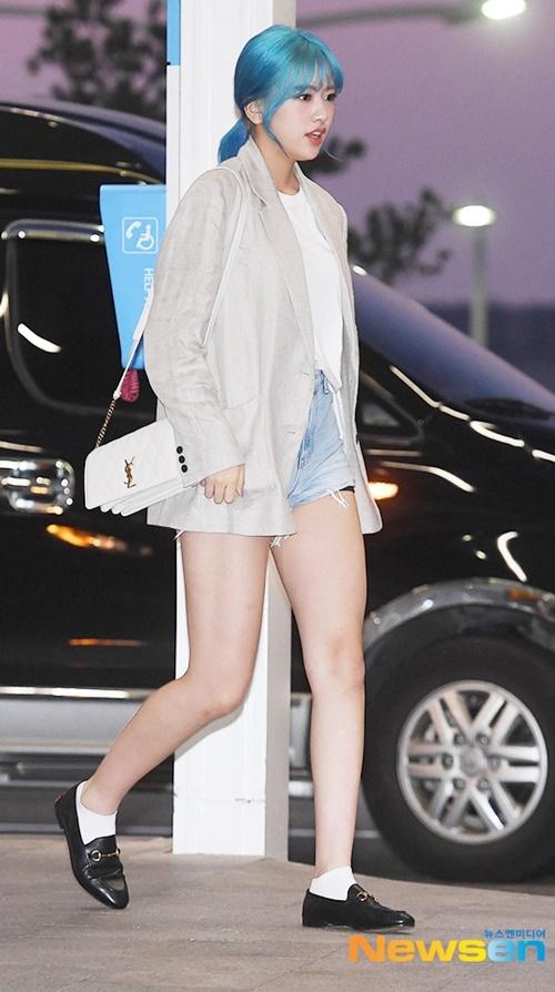 Ahn Yujin nổi bần bật với mái tóc xanh. Nữ idol sinh năm 2004 có tỉ lệ cơ thể cực chuẩn, chiều cao trên 1,7m.