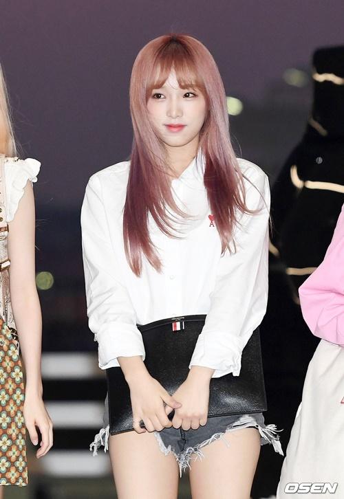 Choi Yena cũng đã chuyển sang màu tóc sáng hơn. Netizen khen ngợi tạo hình mới của nữ ca sĩ.