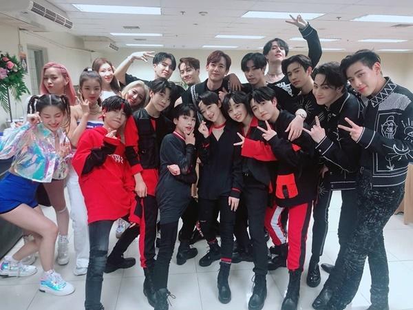 Các nghệ sĩ nhà JYP gồm Nich Khun (2PM), GOT7, Boy Story và ITZY tụ tập chụp hình trong hậu trường KCON ở Thái Lan.