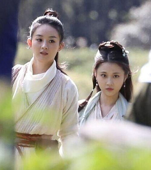 Triệu Lệ Dĩnh (trái) và Trương Tuệ Văn trên trường quay Hữu Phỉ. Trương Tuệ Văn sinh năm 1993, được biết đến qua nhiều bộ phim như Dành dành nở hoa, Sứ mệnh nội gián, Tiếng gọi tình yêu giữa lòng thế giới, Lang gia bảng 2.