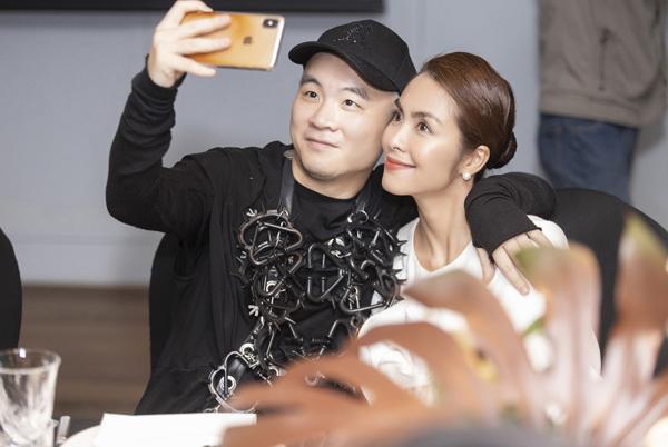 Tăng Thanh Hà vui vẻ selfie cùng NTK Đỗ Mạnh Cường.