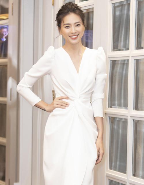 Diễn viên Ngô Thanh Vân xuất hiện đầy thanh lịch trong thiết kế màu trắng dài quá gối, có cấu trúc đối xứng. Thiết kế được tạo nên từ những đường gấp nếp trẻ trung nhưng kết hợp với phần vai bồng cổ điển trông thú vị.