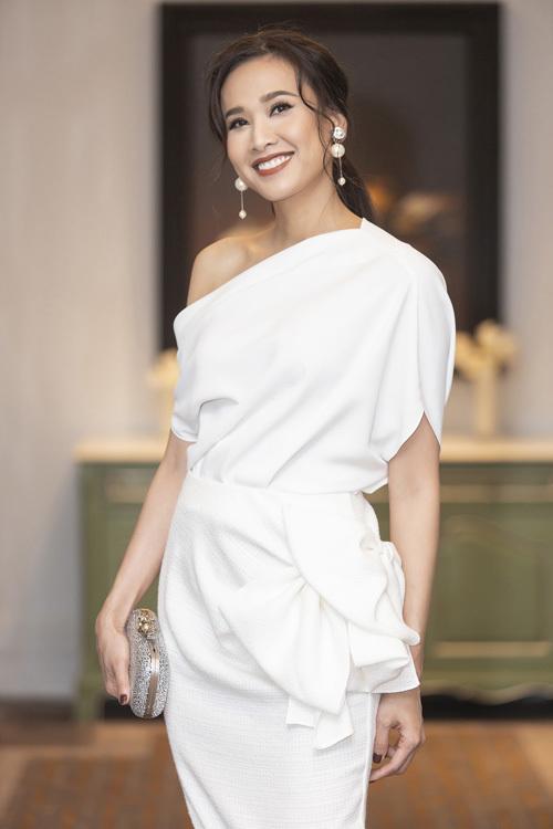 Hoa hậu phụ nữ Việt Nam qua ảnh 2006 Dương Mỹ Linh sang trọng với chiếc áo chéo vai phối cùng chân váy có điểm nhấn là chi tiết nơ to bản. Dương Mỹ Linh trở nên nổi bật với loạt phụ kiện ánh kim bắt mắt.