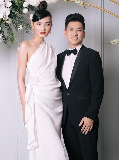 Lê Thuý bắt mắt với chiếc váy có cấu trúc bất đối xứng phối cùng son đỏ và phụ kiện tông vàng ánh kim. Người đẹp được ông xã, diễn viên Đỗ An tháp tùng đến buổi tiệc của Diễm My.