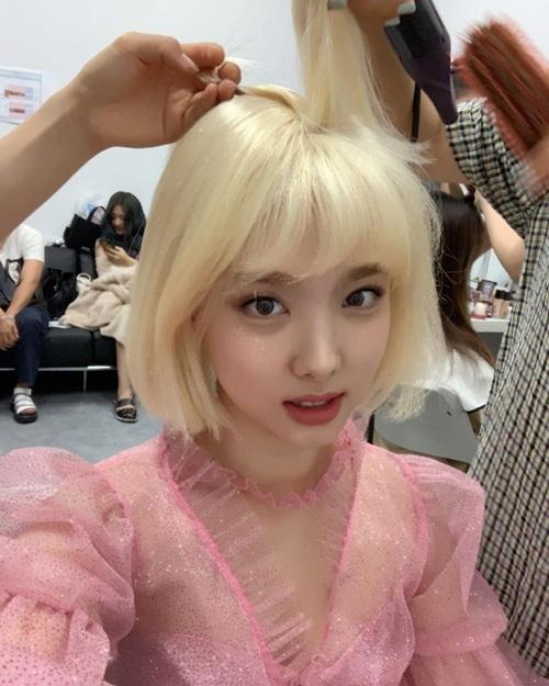 Na Yeon đội tóc giả ngắn màu vàng hoe