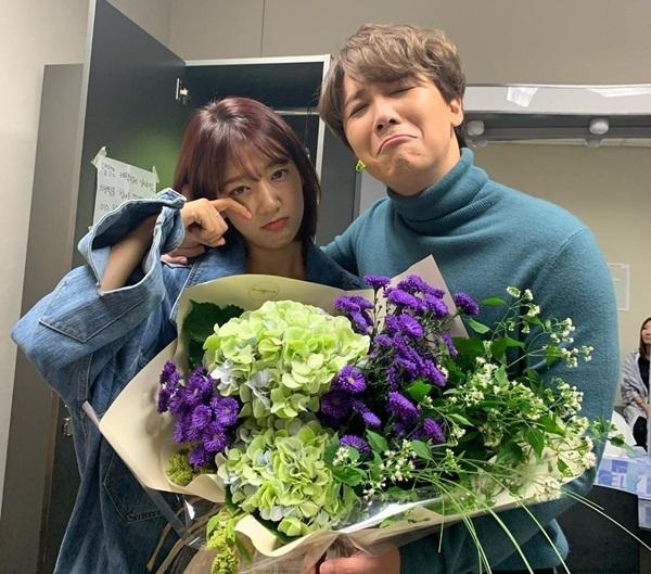Park Shin Hye khóc mếu khi đến tiễn anh bạn thân Lee Hong Ki lên đường nhập ngũ.