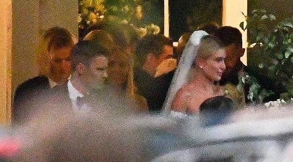 Hôn lễ của Justin Bieber - Hailey Baldwin diễn ra vào hoàng hôn ngày 30/9 (giờ địa phương). Chú rể diện vest truyền thống còn cô dâu quyến rũ trong bộ váy cưới hở vai. Sau khi làm nghi lễ ở nhà nguyện, cặp đôi di chuyển ra khu vực tổ chức đám cưới.