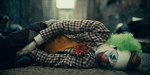 Trailer phim tiết lộ Joker cũng từng bị bắt nạt, đánh đập.