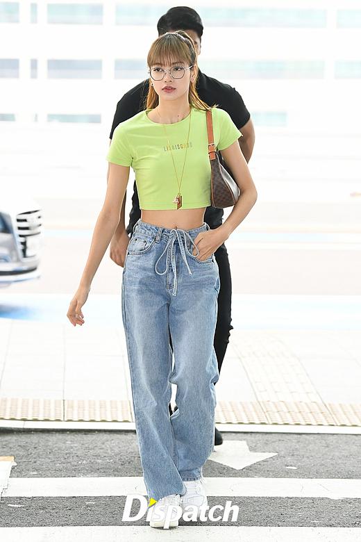 Lisa (Black Pink) khoe vòng eo tí hon tại sân bay - 1