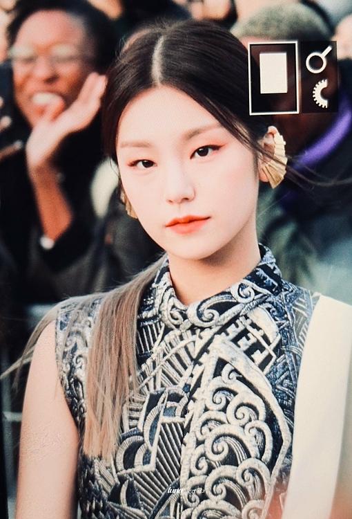 Trưởng nhóm Yeji gây ấn tượng bởi diện mạo đậm chất girl crush. Cách make up phù hợpvà những phụ kiện đi kèm tôn thêm vẻ cá tính củanữ idol sinh năm 2000.